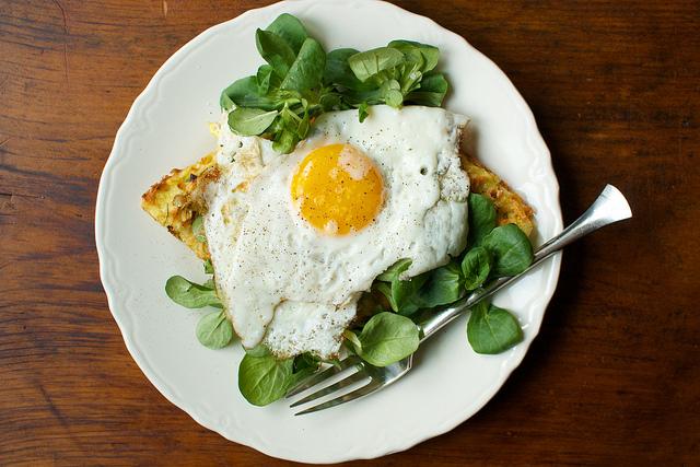 半熟煎蛋,一个温吞的吻 – 深夜谈吃